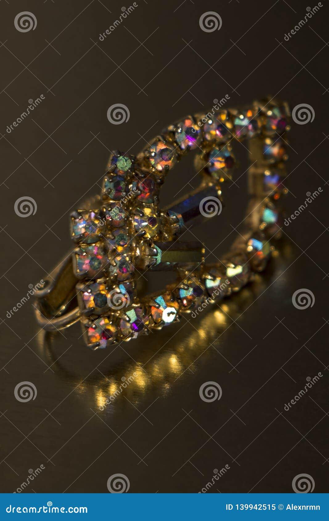 Παλαιό σκουλαρίκι με τις φωτεινές, πολύχρωμες πέτρες