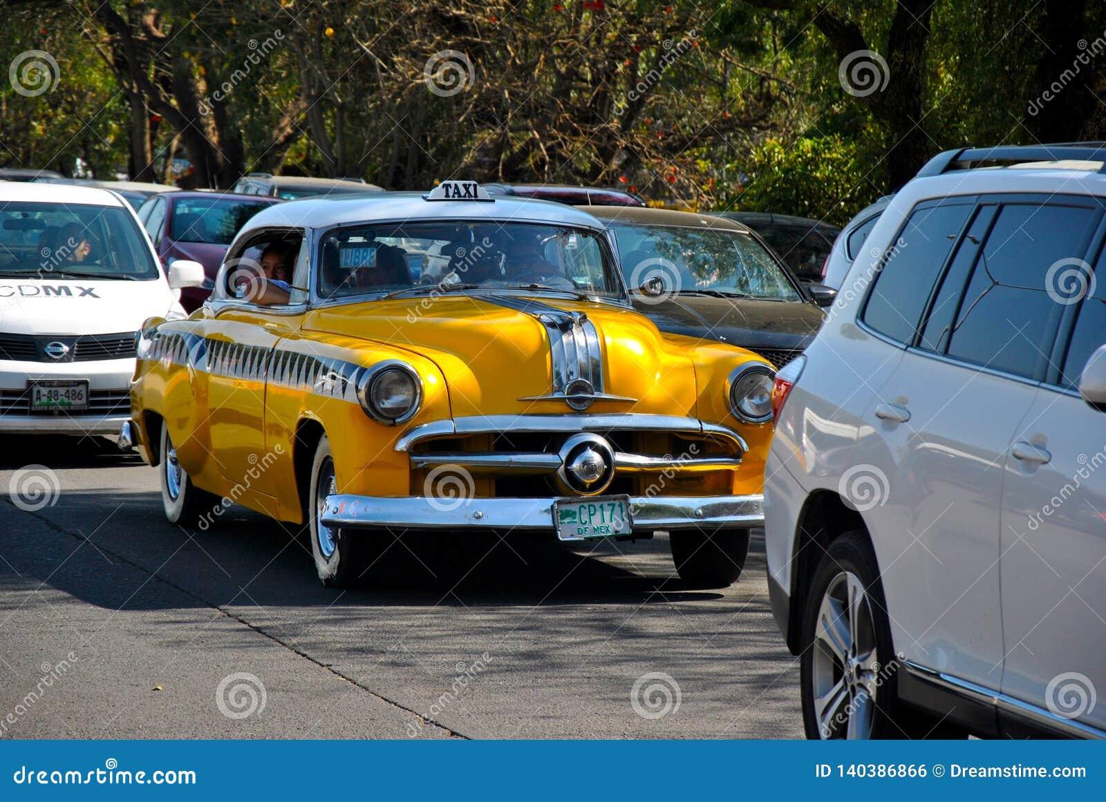 Παλαιό ταξί που κυκλοφορεί γύρω από τη μεγάλη πόλη