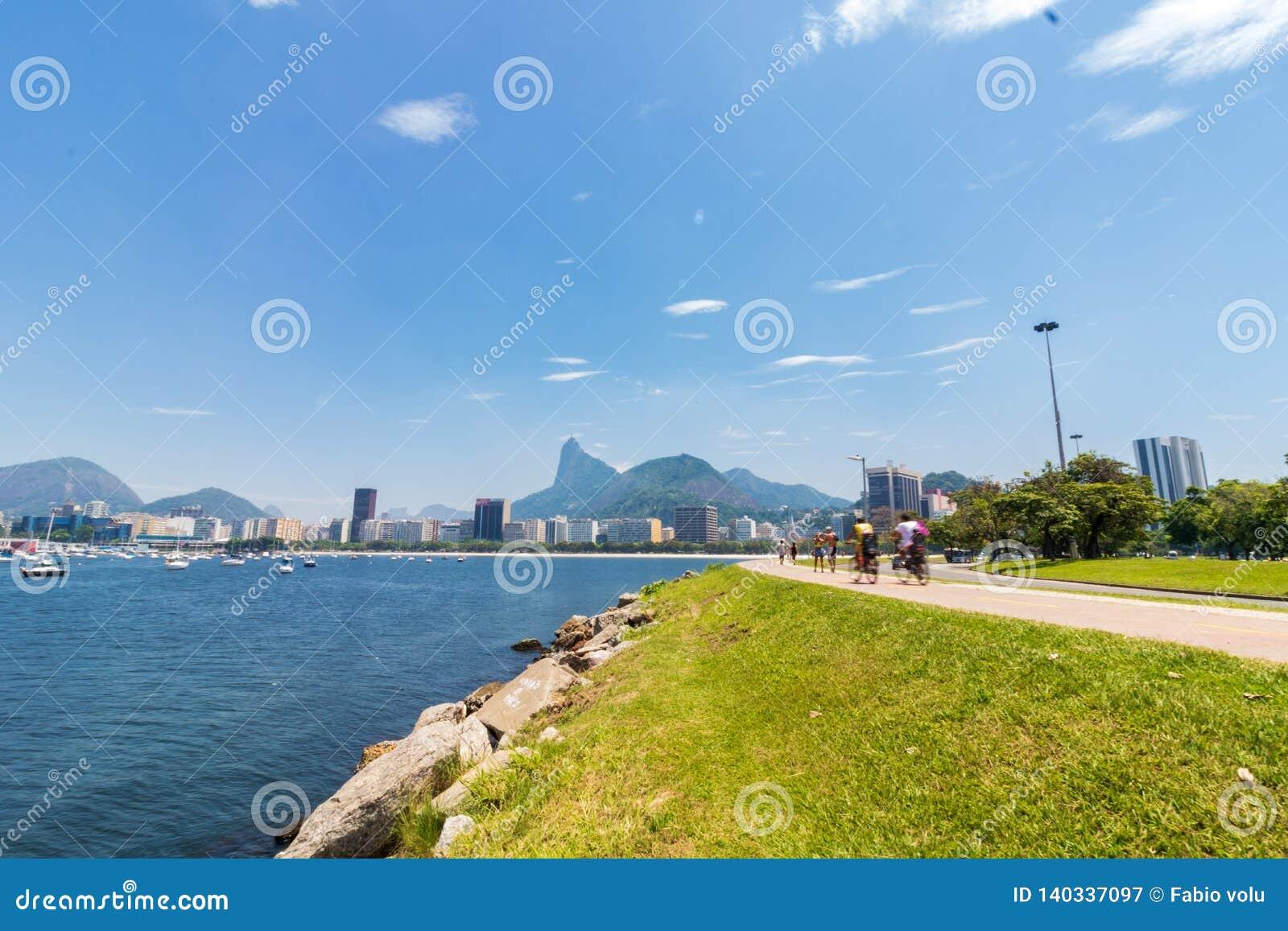 Πανοραμική άποψη πρωινού της παραλίας και του όρμου Botafogo με τα κτήρια, τις βάρκες και τα βουνά του στο Ρίο ντε Τζανέιρο