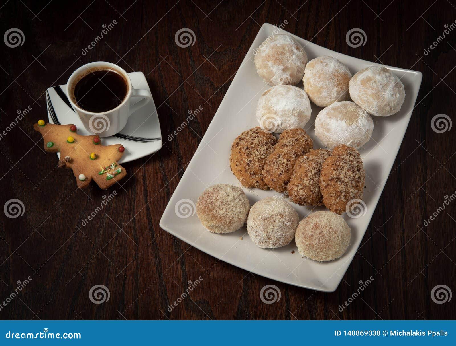 Παραδοσιακά ελληνικά γλυκά κέικ Χριστουγέννων με τα καρύδια