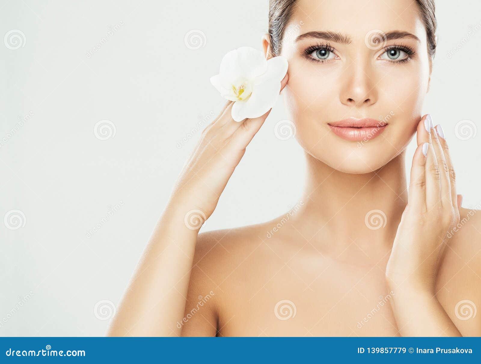 Περίθαλψη προσώπου ομορφιάς γυναικών, πρότυπο σχετικά με το λαιμό, όμορφη πρότυπη επεξεργασία δερμάτων και καλλυντικό