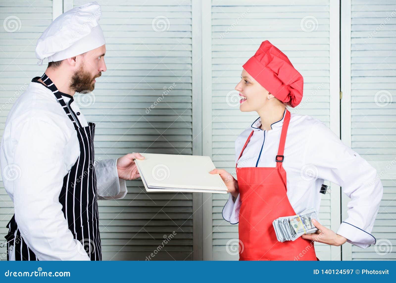 Πληρωμή της αμοιβής Θηλυκός λογιστής με την έκθεση απολογισμού που πληρώνει την αμοιβή χρημάτων Βιβλίο ισορροπίας εστιατορίων Κύρ