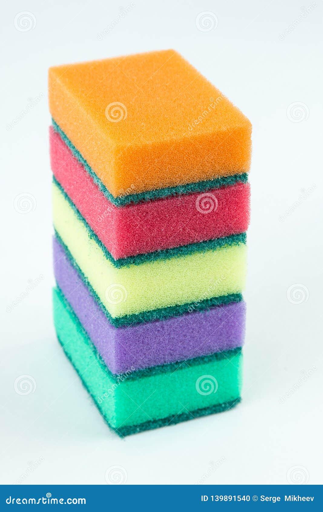 Πολύχρωμα σφουγγάρια για τα πιάτα πλύσης απομονωμένο στο λευκό υπόβαθρο Εκλεκτική εστίαση