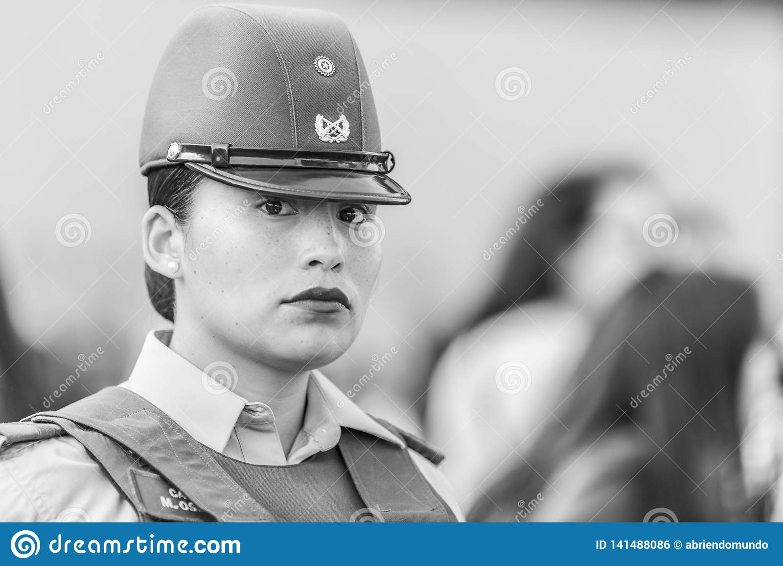 Πορτρέτο γυναικών αστυνομίας Carabinero στις οδούς του Σαντιάγο κατά τη διάρκεια της ημέρας 8M των γυναικών στο Σαντιάγο de Χιλή