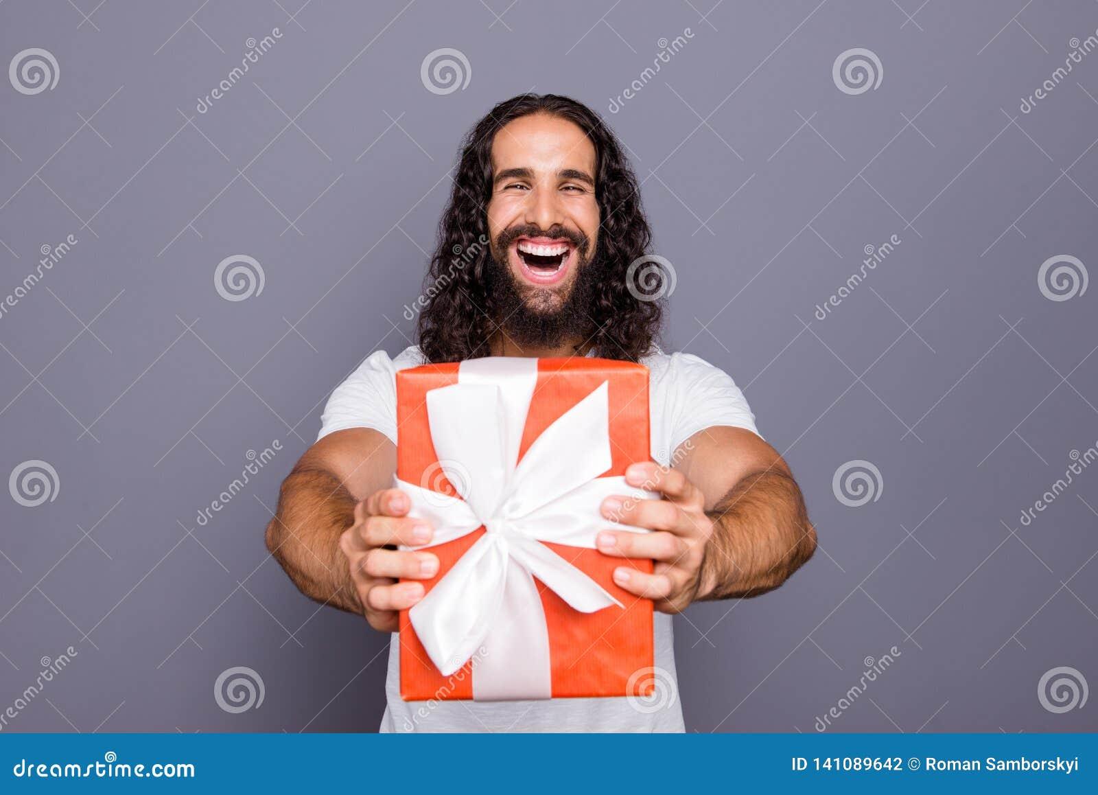 Πορτρέτο δικοί του αυτός συμπαθητικός ελκυστικός εύθυμος χαρωπός εκστατικός ενθουσιασμένος κατσαρός τύπος που δίνει σας που παρου
