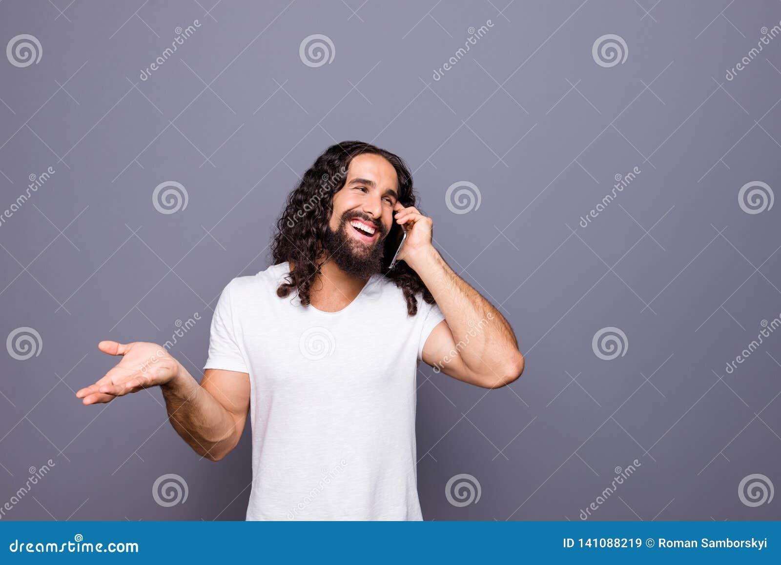 Πορτρέτο δικοί του αυτός συμπαθητικός καλλωπισμένος ελκυστικός εύθυμος χαρωπός κατσαρός τύπος που χρησιμοποιεί τη νέα συσκευή συσ