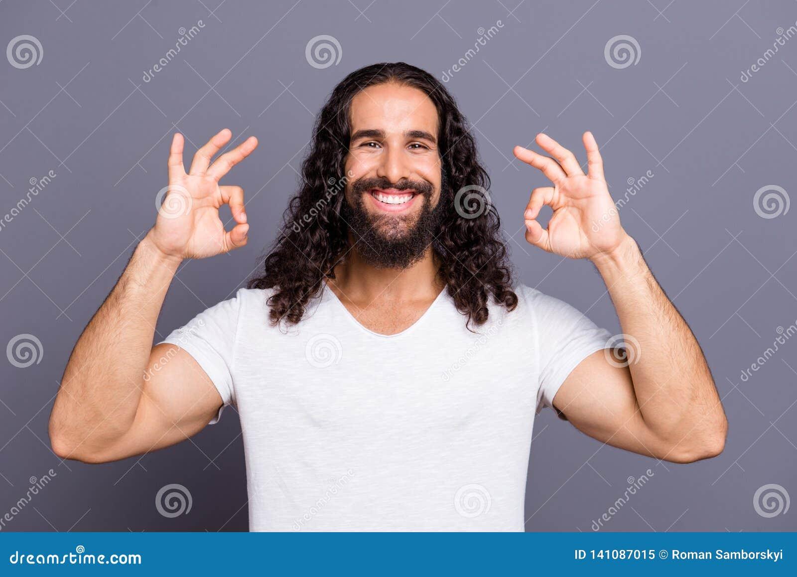 Πορτρέτο δικοί του αυτός συμπαθητικός δροσερός καλλωπισμένος ελκυστικός εύθυμος χαρωπός αισιόδοξος ευτυχής κατσαρός τύπος που παρ