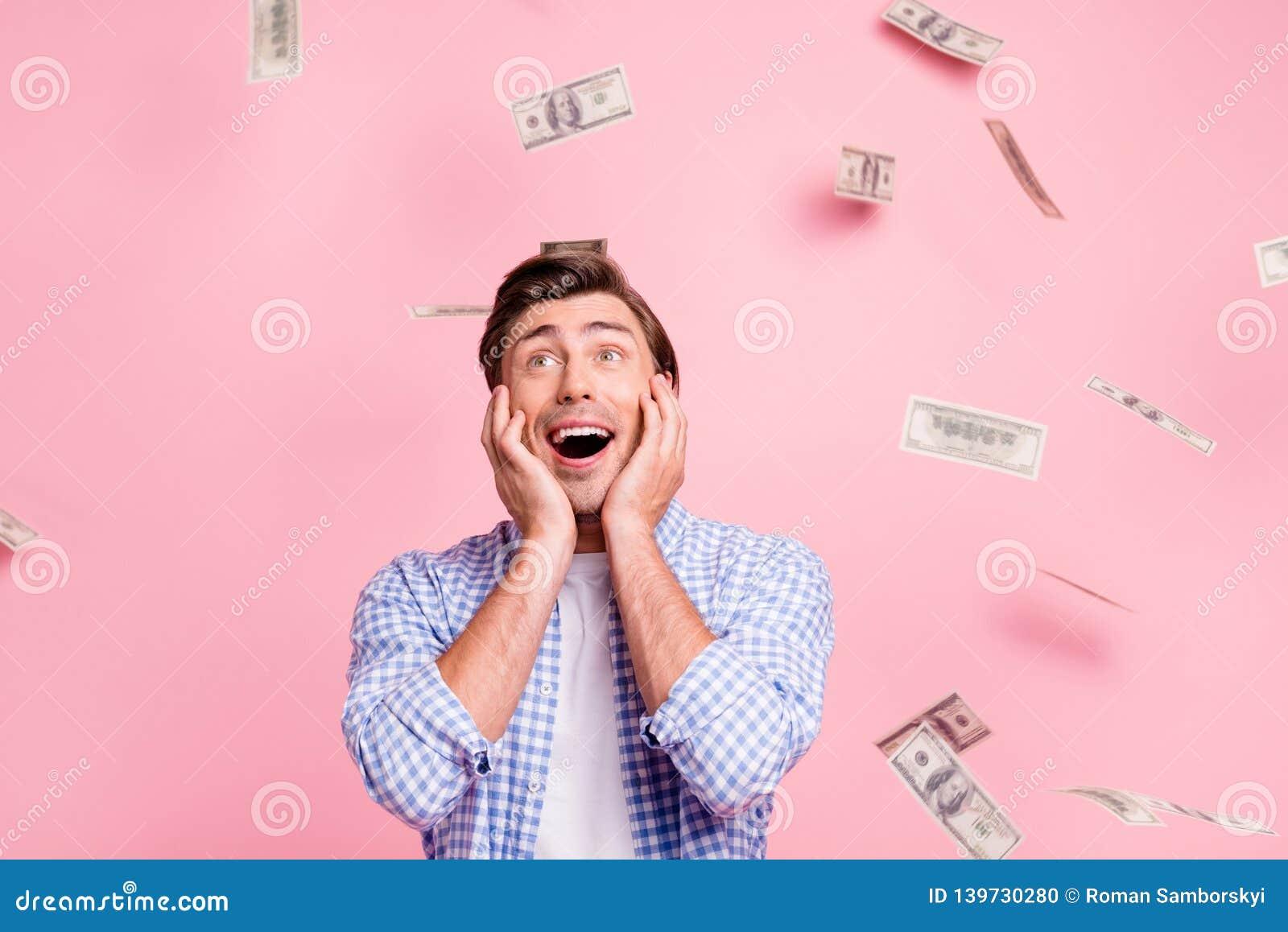 Πορτρέτο δικοί του αυτός συμπαθητικός χαριτωμένος αστείος ελκυστικός όμορφος εύθυμος χαρωπός τύπος που φορά τα ελεγχμένα χρήματα