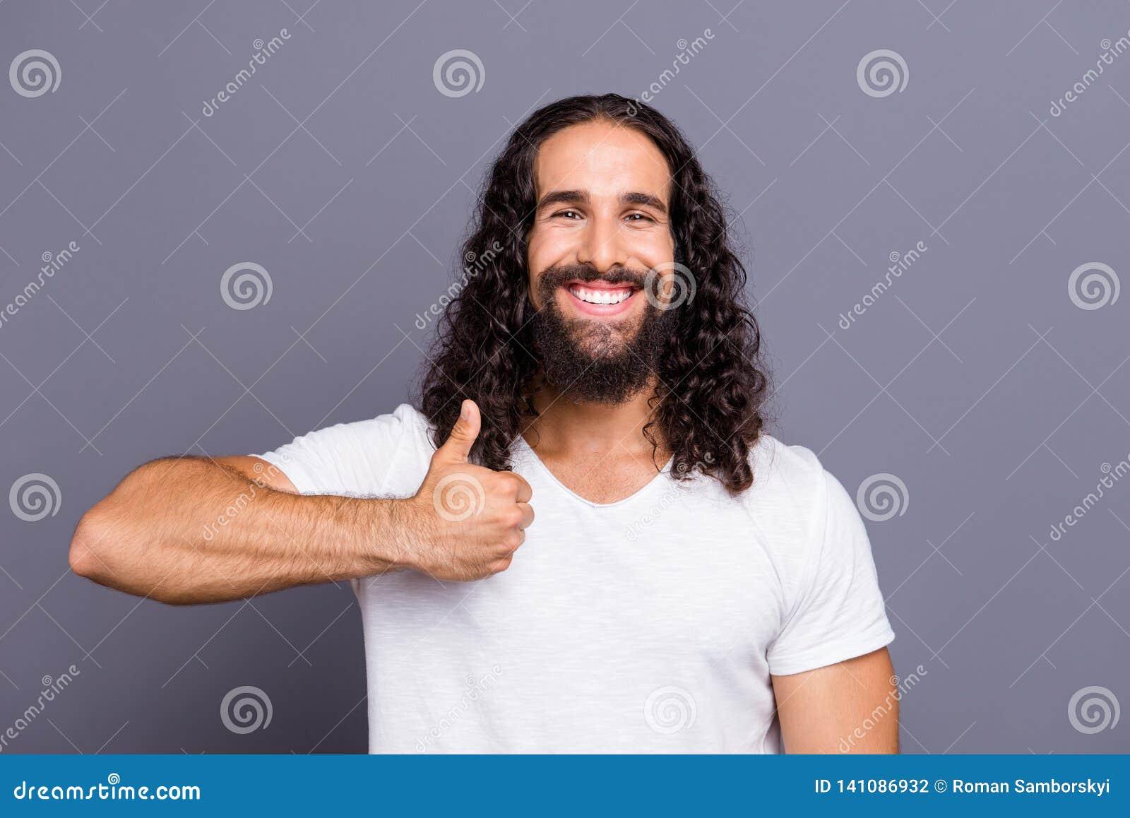 Πορτρέτο δικοί του συμπαθητικός δροσερός καλά-καλλωπισμένος ελκυστικός εύθυμος χαρωπός κατσαρός τύπος που παρουσιάζει thumbup ανα