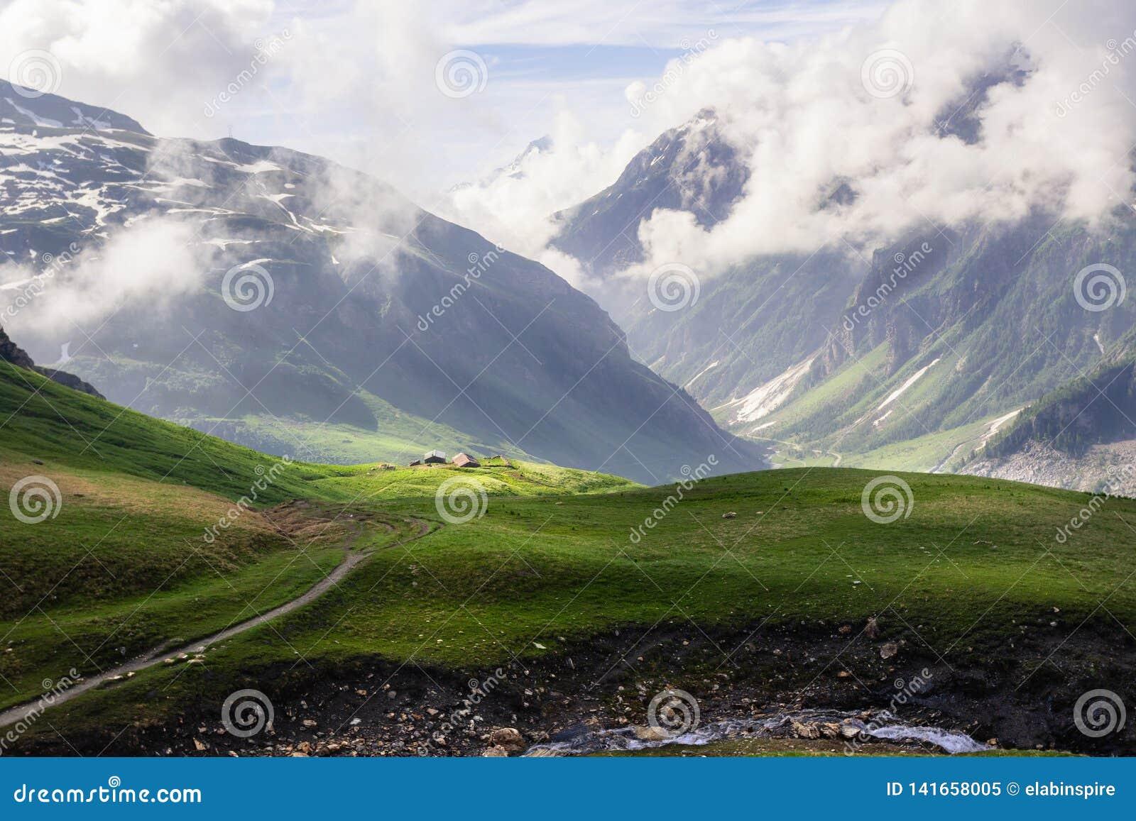Πράσινοι αλπικοί τομείς και λιβάδια, χιονώδεις αιχμές στις ευρωπαϊκές γαλλικές Άλπεις