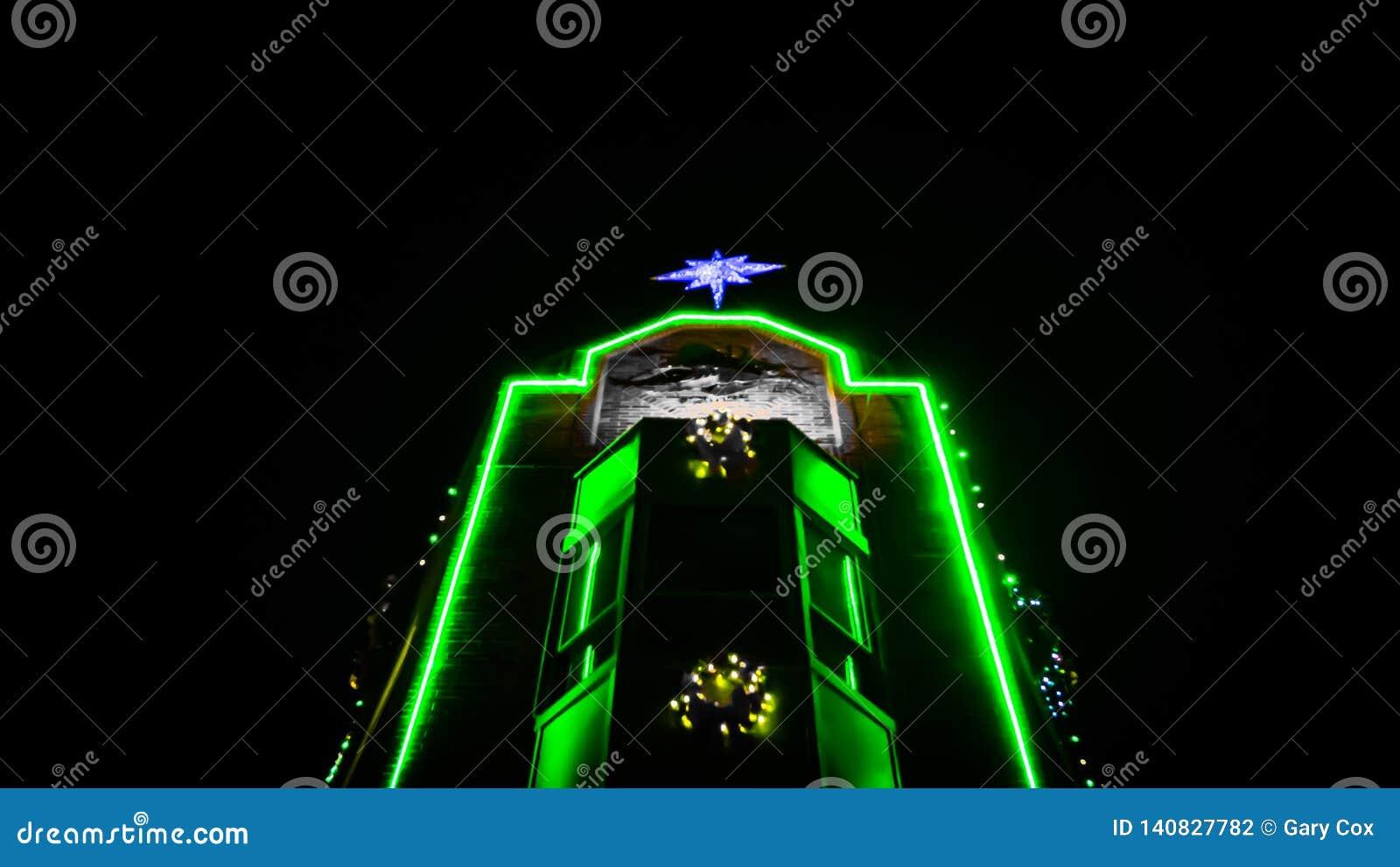 Πράσινο φως στο κτήριο τούβλου