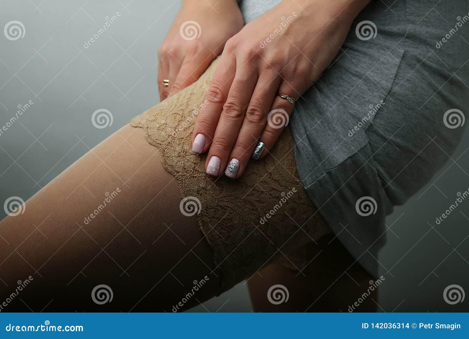 Προκλητικά θηλυκά πόδια στα καλσόν