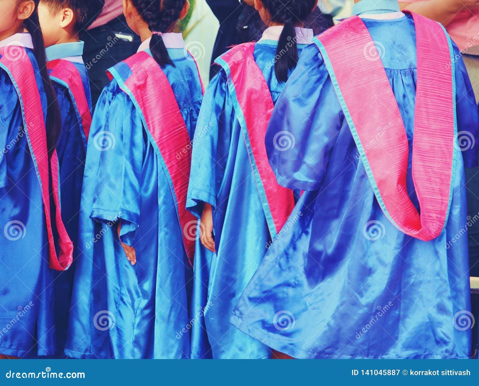 Προσχολικό παιδί που φορά το φόρεμα βαθμολόγησης κοντά επάνω