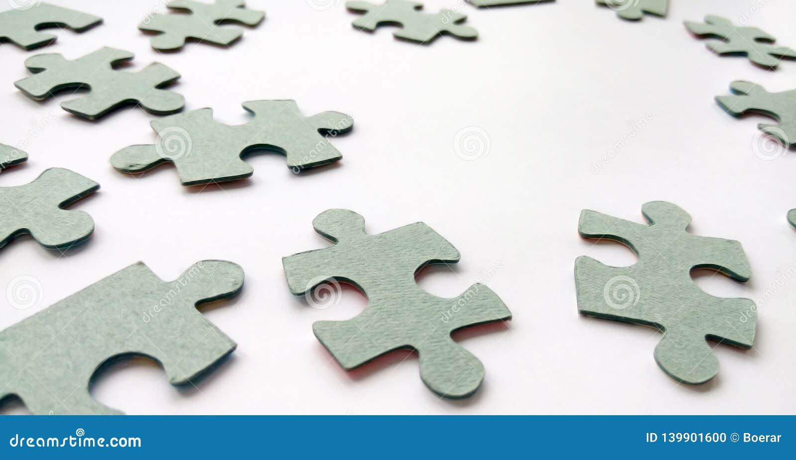 Абстрактные серые части мозаики на белой предпосылке