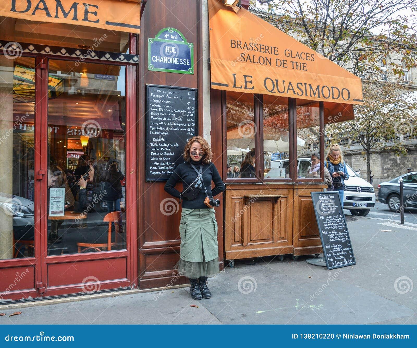 Азиатская молодая женщина на улице в Париже