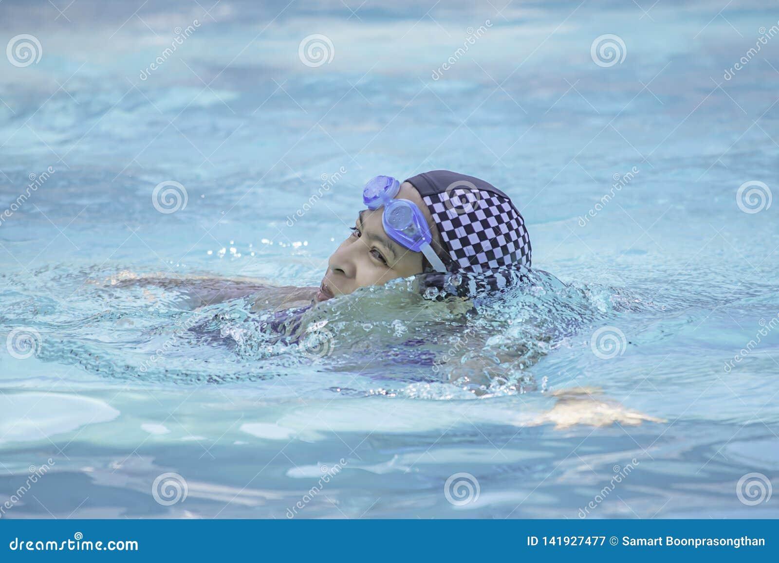Азиатские женщины плавают в бассейне