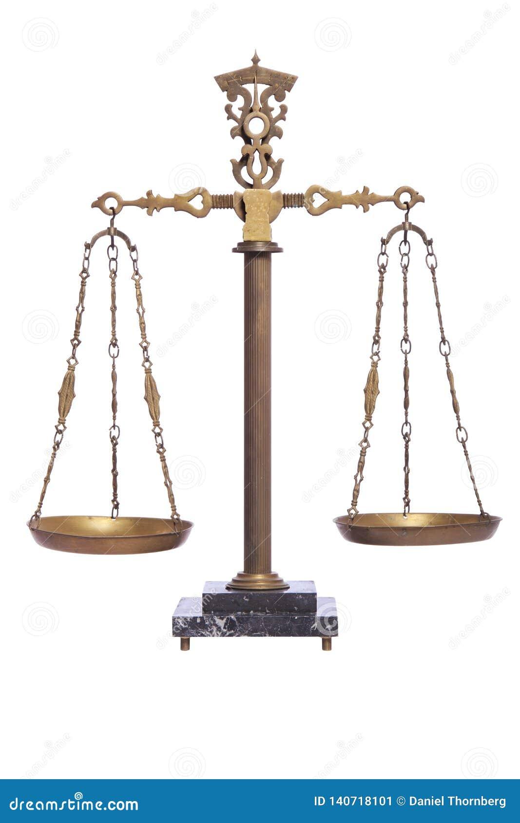 Античный масштаб баланса изолированный на белизне