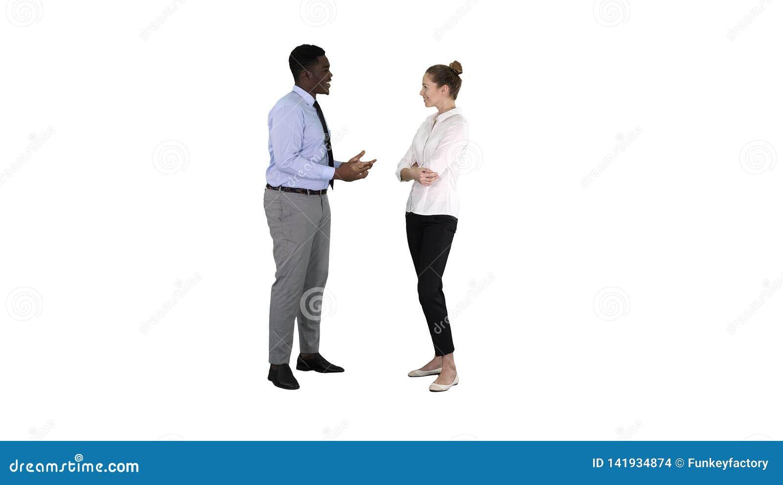 Афро-американский бизнесмен объясняя что-то его коллеге на белой предпосылке