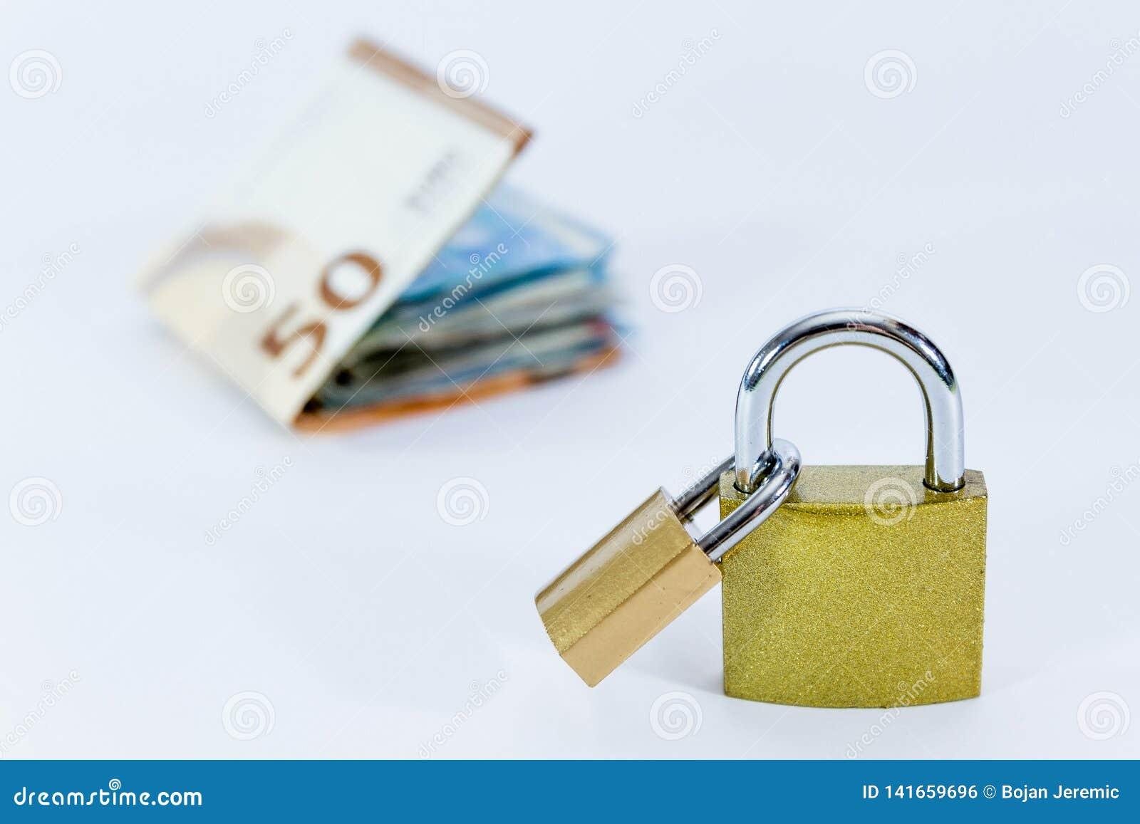 Банкноты значения евро денег с padlock, системой платежей Европейского союза