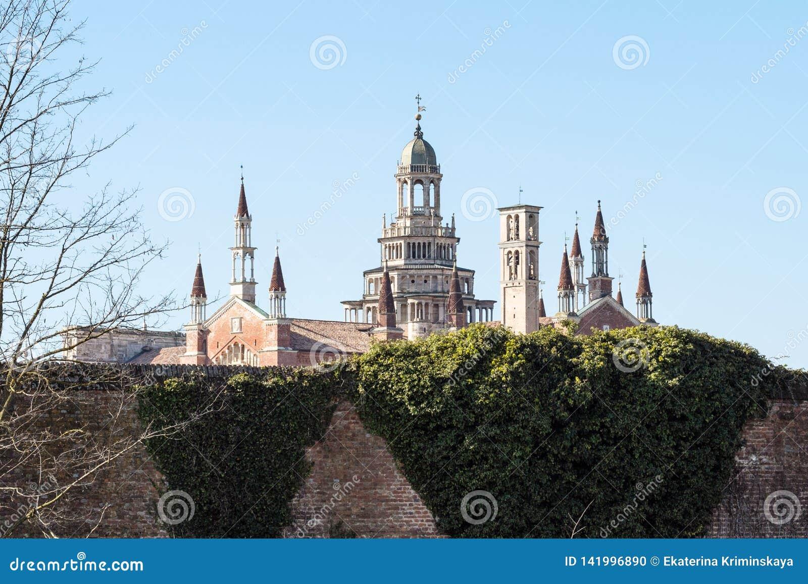 башни di Павии Certosa монастыря весной