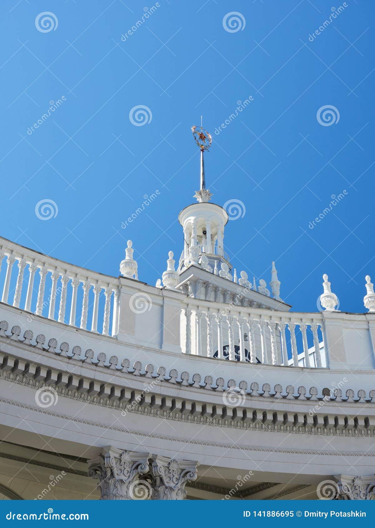 Башня с часами железнодорожного вокзала Сочи на предпосылке голубого неба