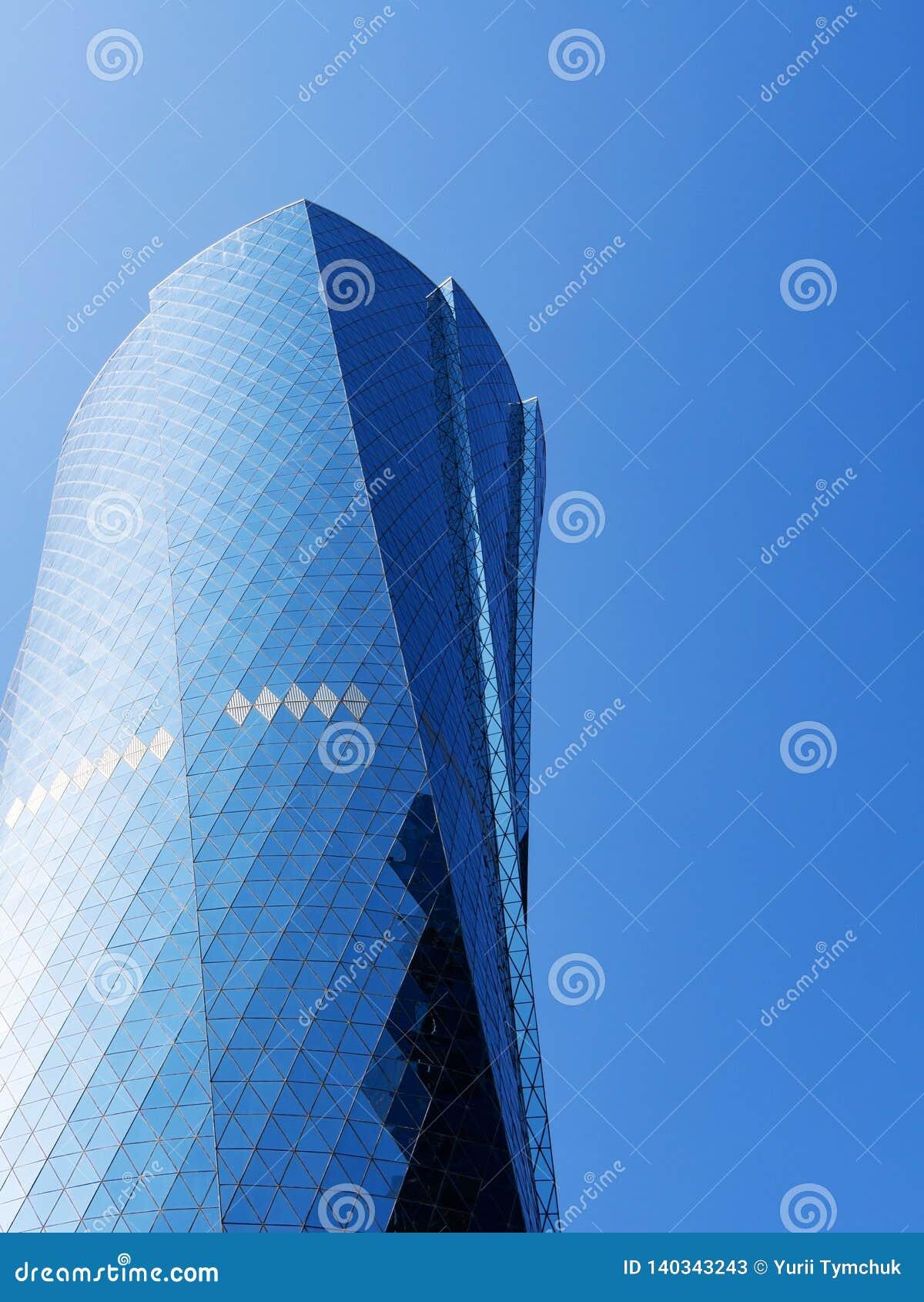 Башня Bidda Al против ясного голубого неба, конца вверх, космос экземпляра, вертикальный принципиальная схема финансовохозяйствен