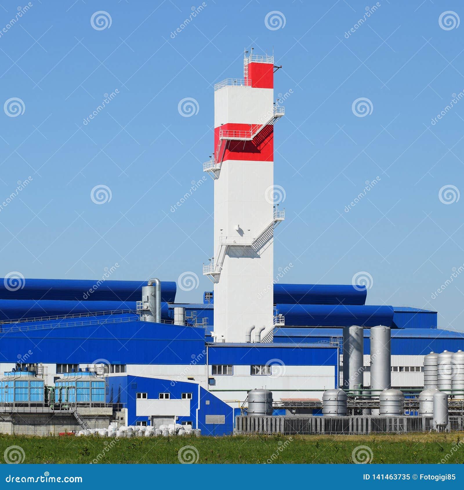 Башня огня на заводе для обрабатывать металлолома Рифайнер металла огромной фабрики старый