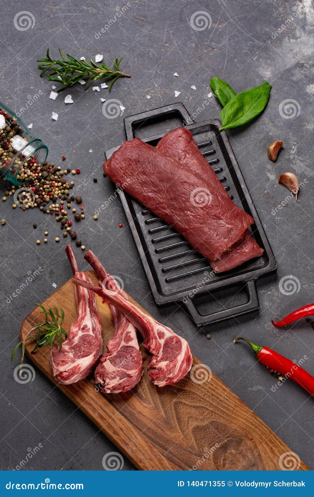 Баранина мяса сырцовая свежая на специях Chesno и Розмари косточки на черной предпосылке