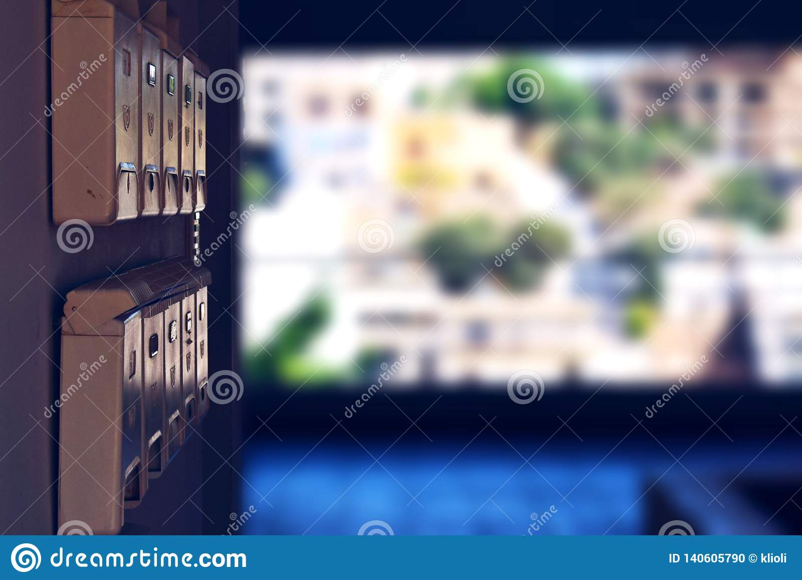 Бежевые почтовые ящики в открытой зале жилого дома обозревая город ажио Nikolaus