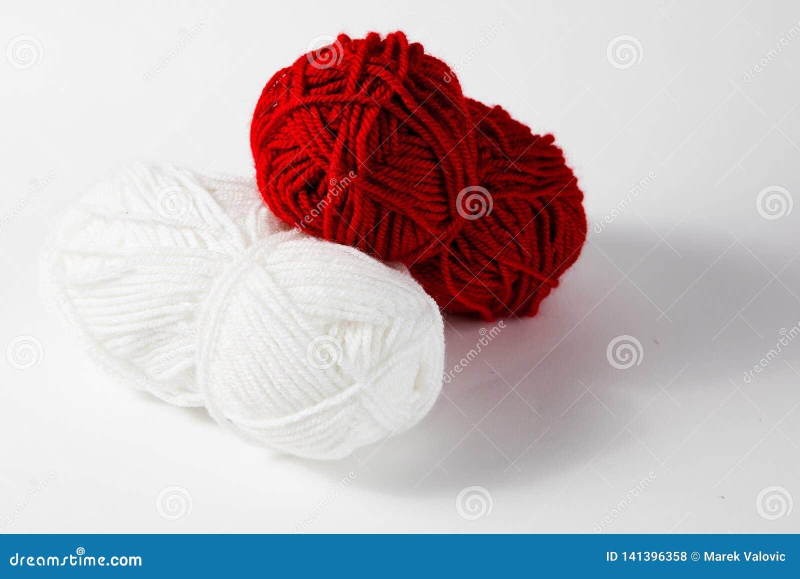 Белый и красный шарик шерстей