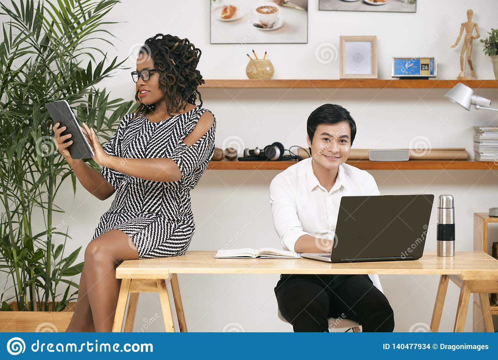 Бизнесмены используя беспроводные устройства