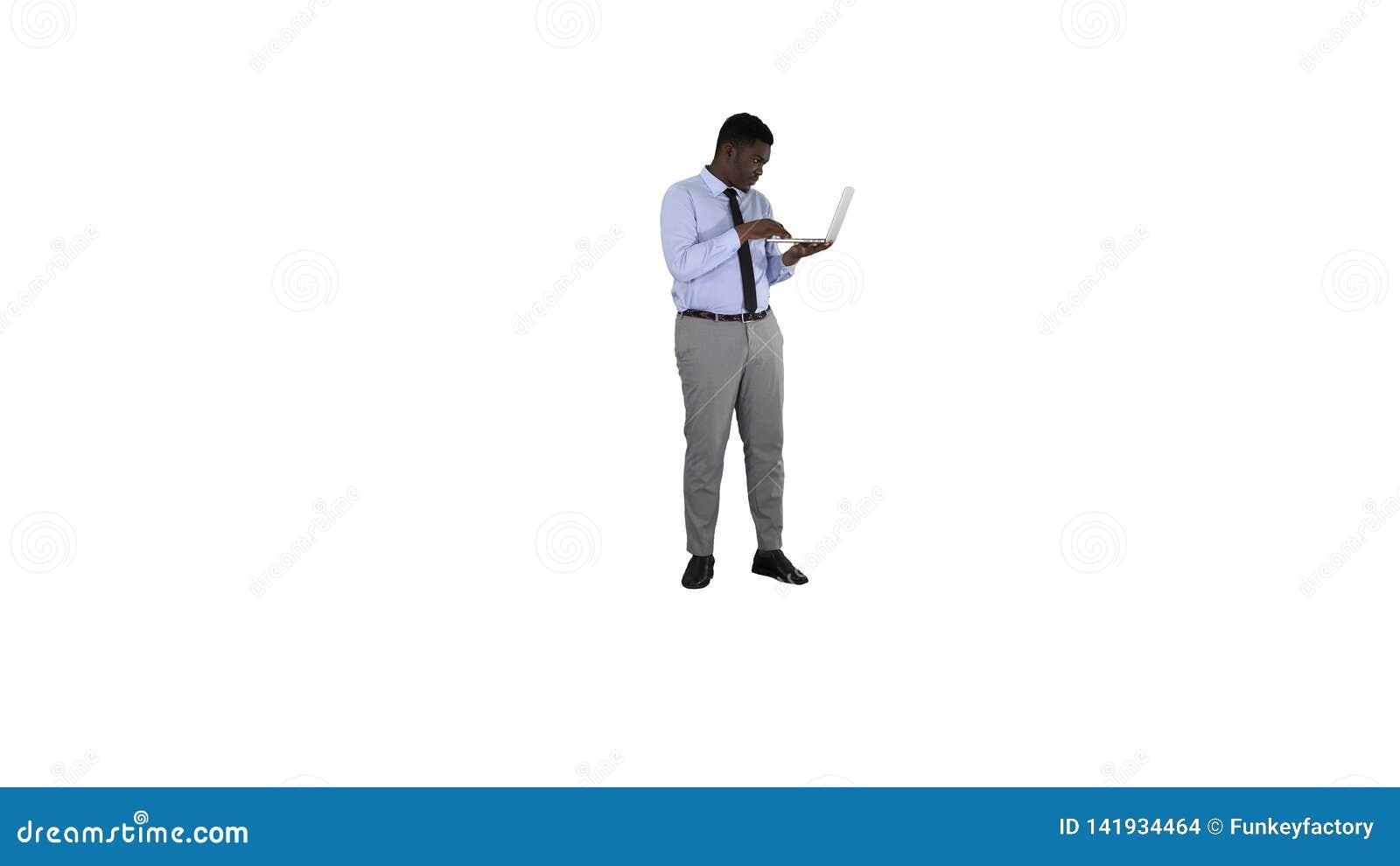 Бизнесмен Афро американский работая с ноутбуком на белой предпосылке