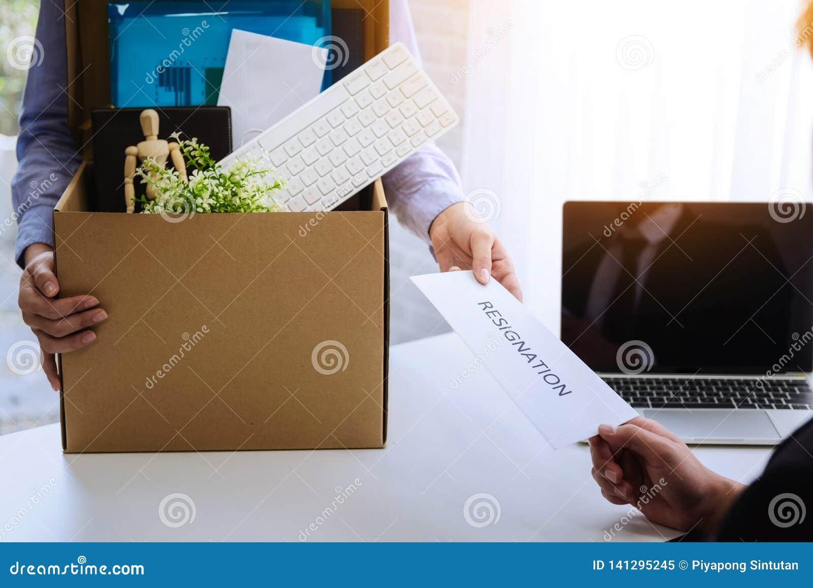 Бизнес-леди отправляя уведомление об отставке для того чтобы хозяйничать для для того чтобы уволить работодателя контракта Концеп