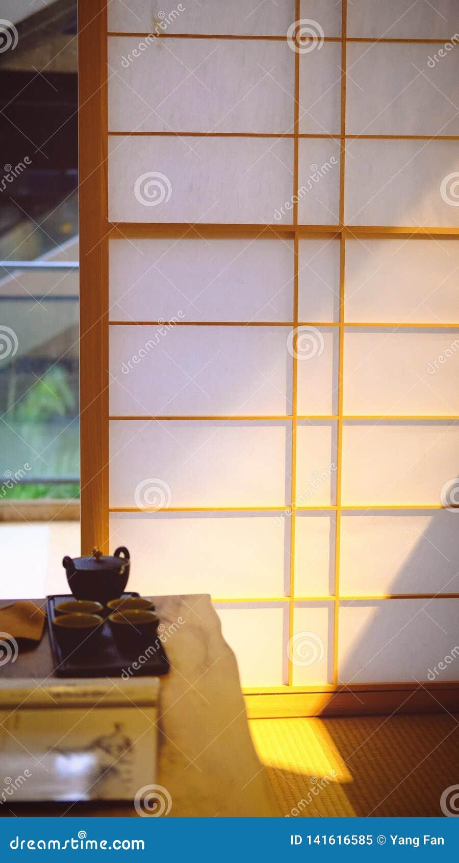 Блески солнечного света в комнате Японск-стиля