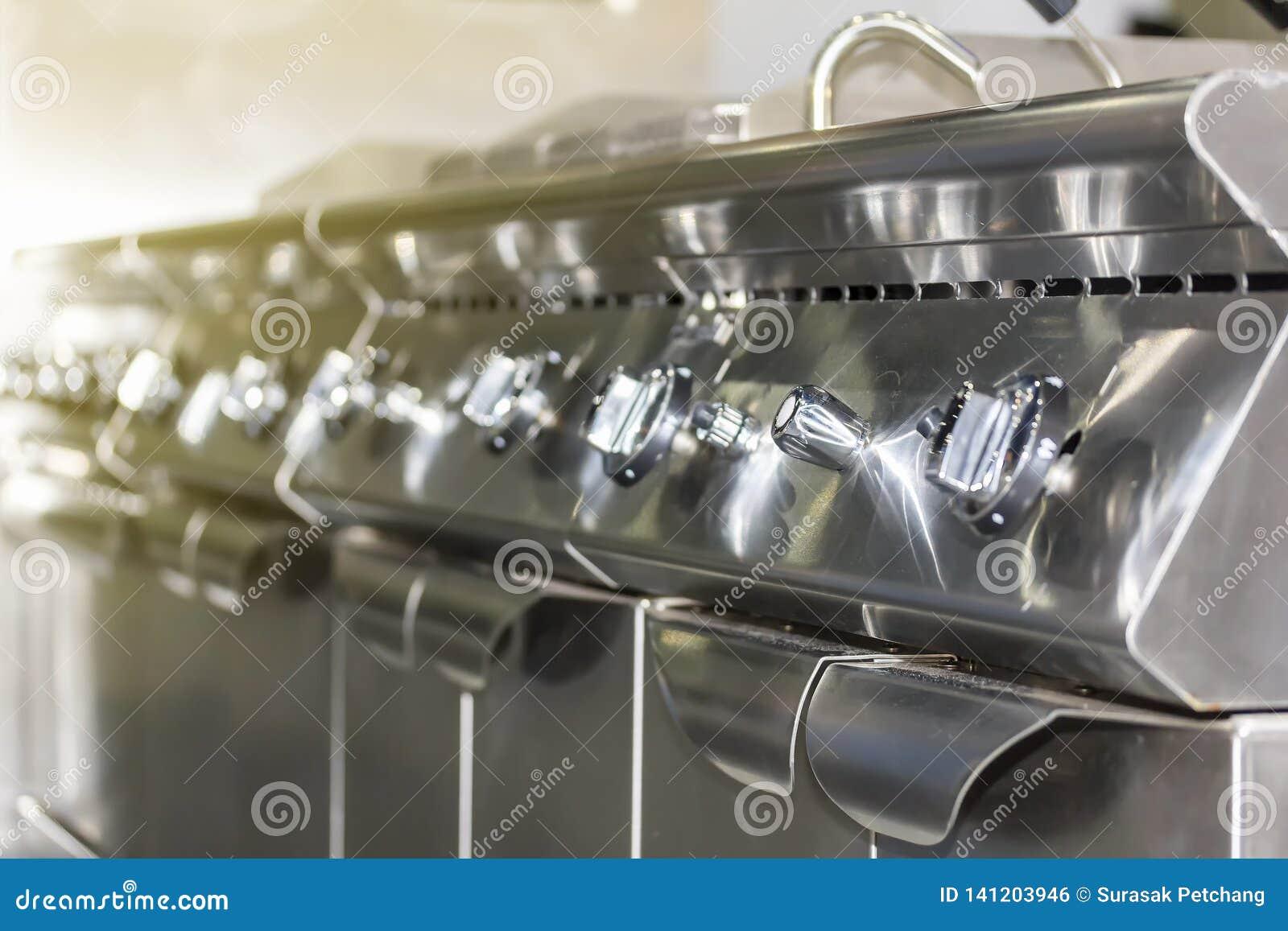 Близкая поднимающая вверх шкала ручки плиты fryer современного газа пульта управления глубокой для на или пламени и температуры о