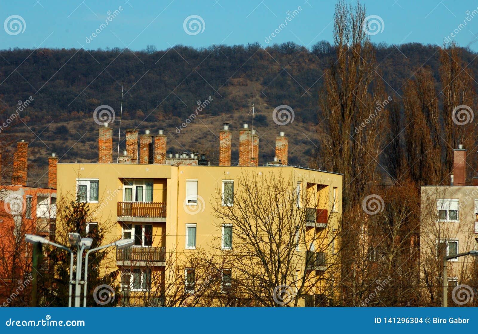 Блок квартир перед горой