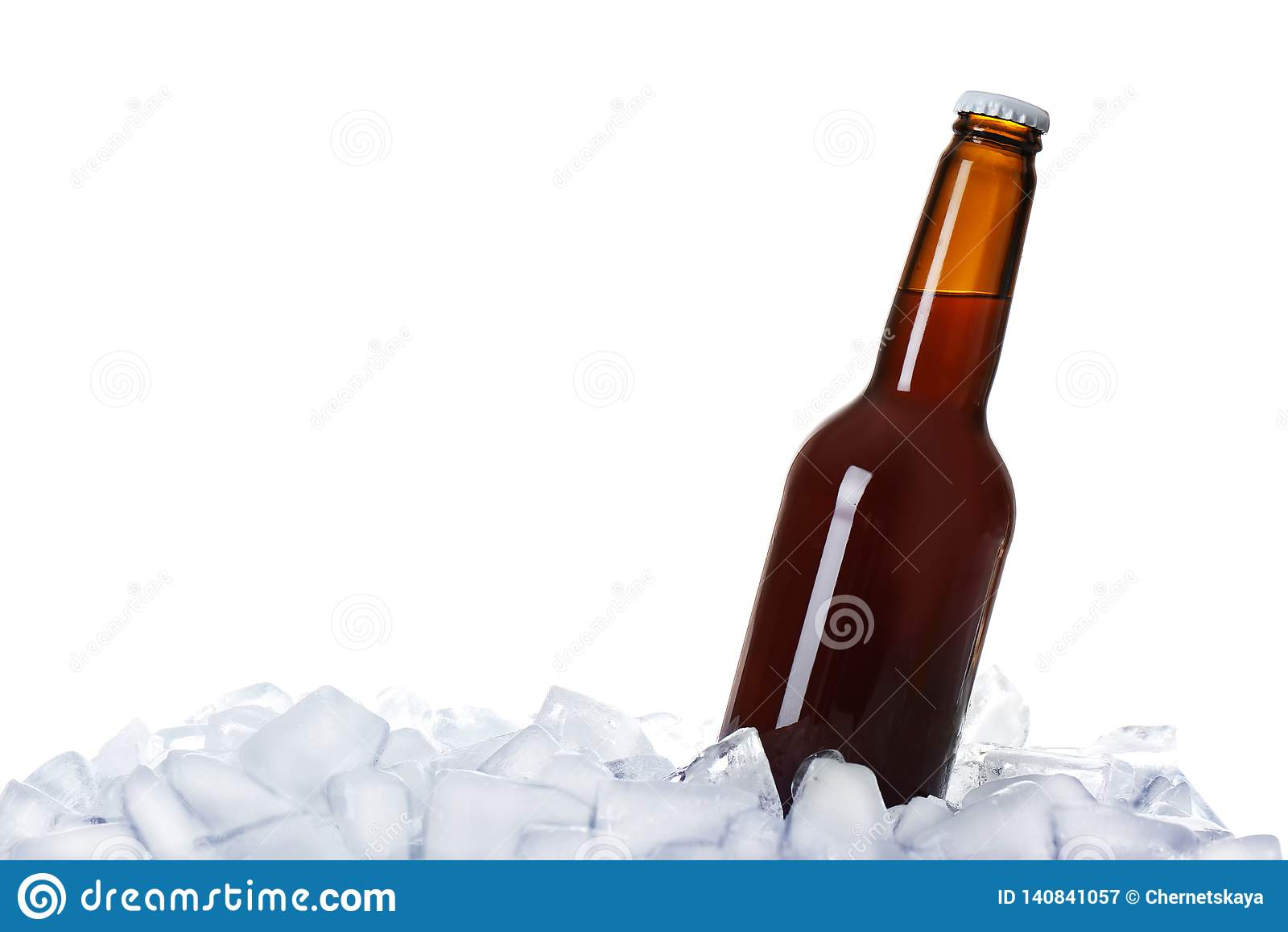 Бутылка пива на кубах льда