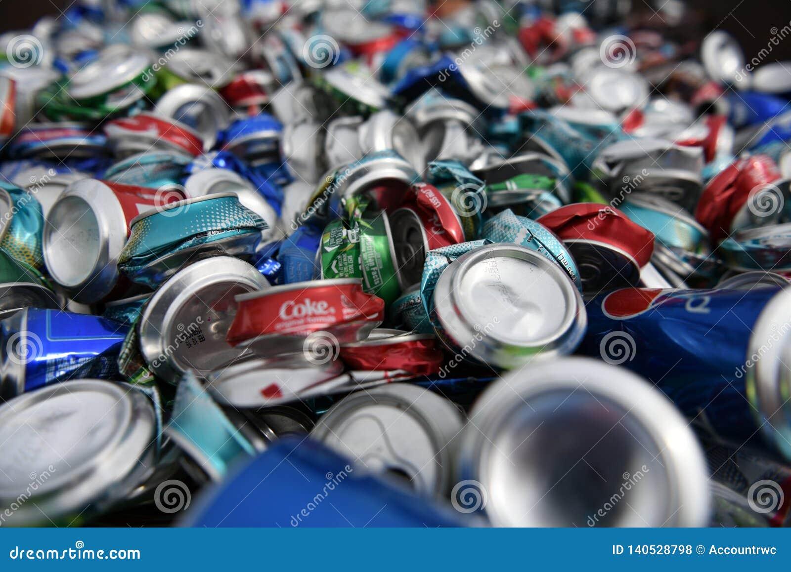 Большая куча свободных, поломанных, задавленных, пустых, использованных алюминиевых пива и консервных банок напитка соды