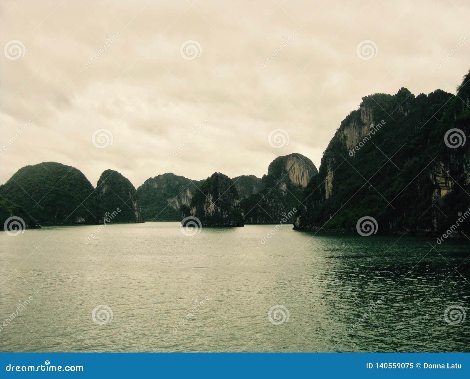 Вечер на заливе Halong, Вьетнаме