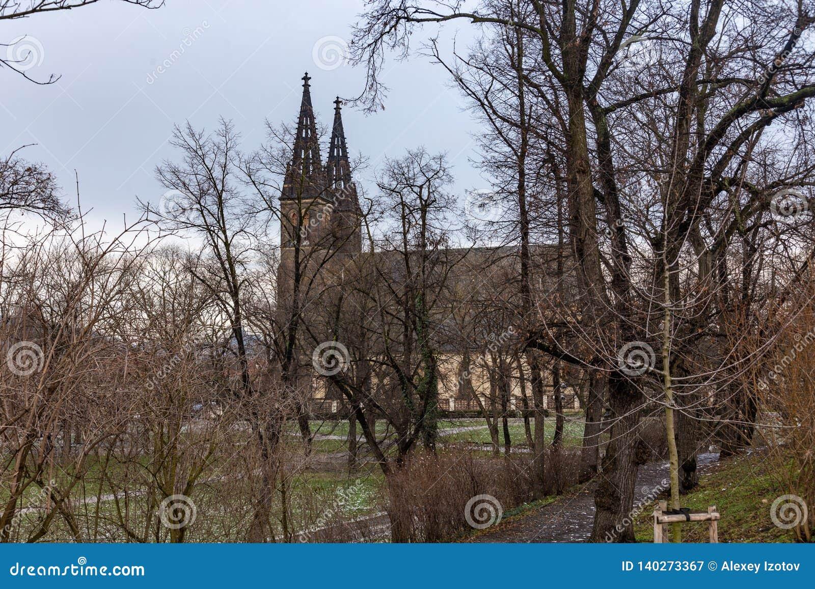 Взгляд базилики Святых Питер и Пол в Vysehrad в Праге
