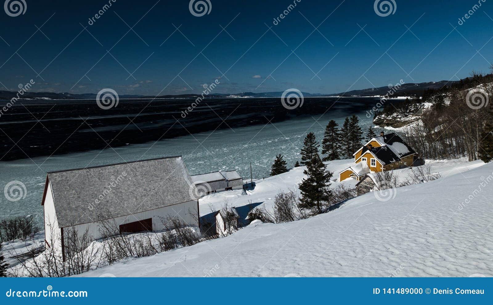Взгляд зимы дома Blanchette на яркий и солнечный день