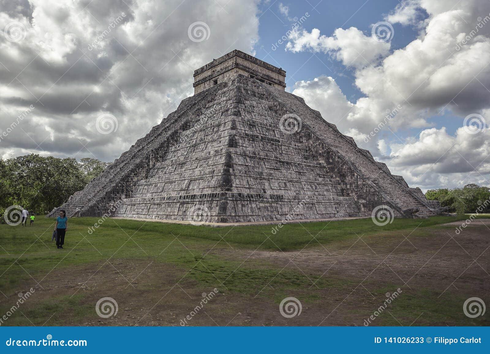 Взгляд 3/4 из пирамиды Chichen Itza 8
