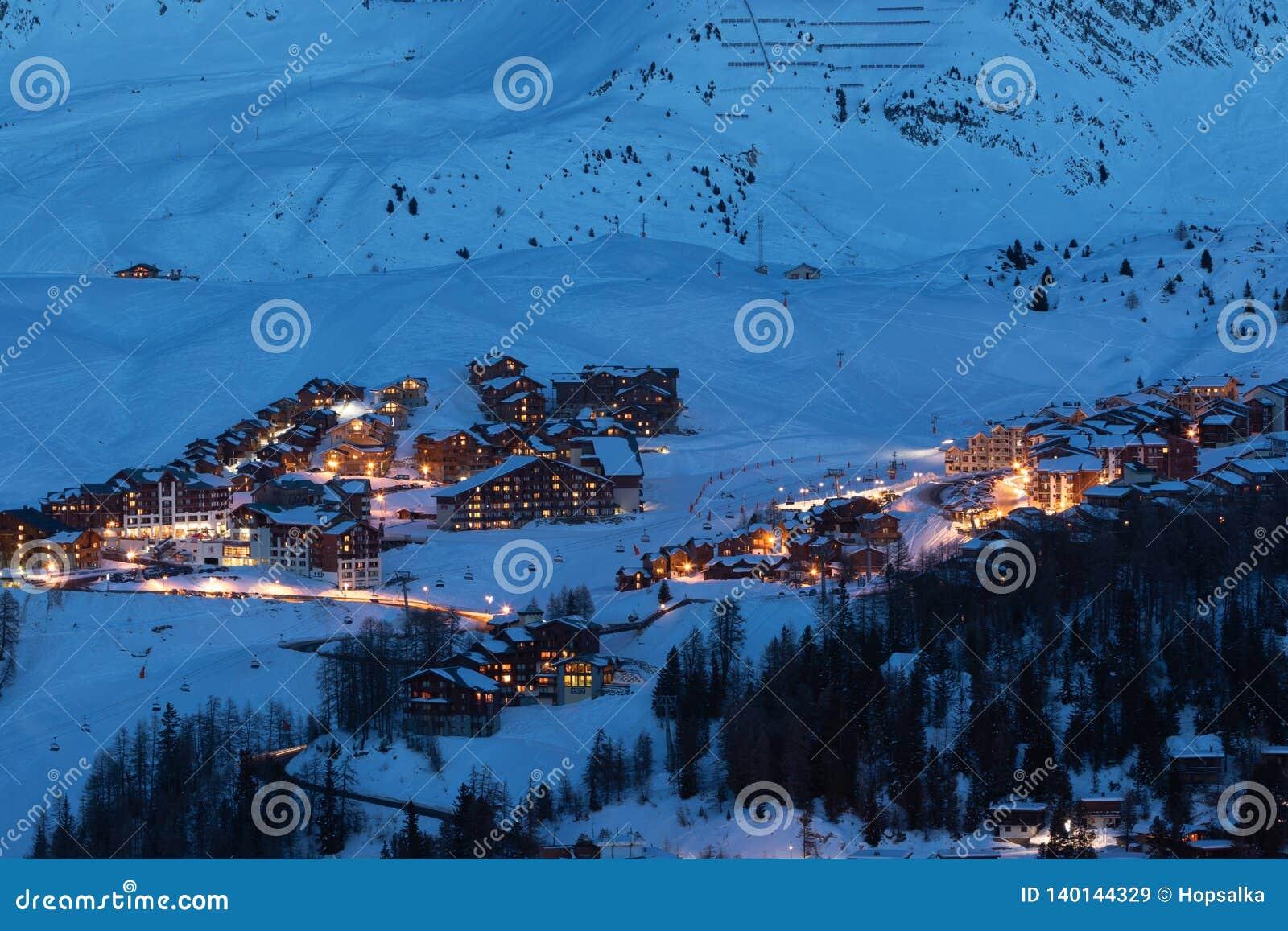 Взгляд лыжных курортов большой возвышенности во французской савойя Альп в сумерках: Центр Plagne, Plagne Soleil и деревня Plagne