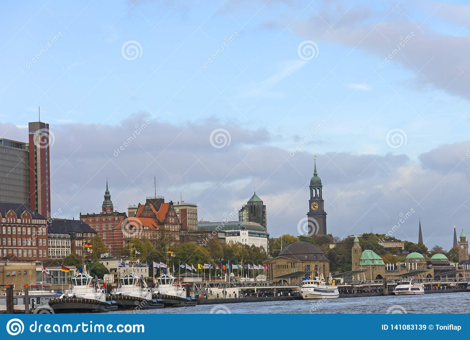 Взгляд пристаней St Pauli, одна из достопримечательностей Гамбурга главных Германия hamburg