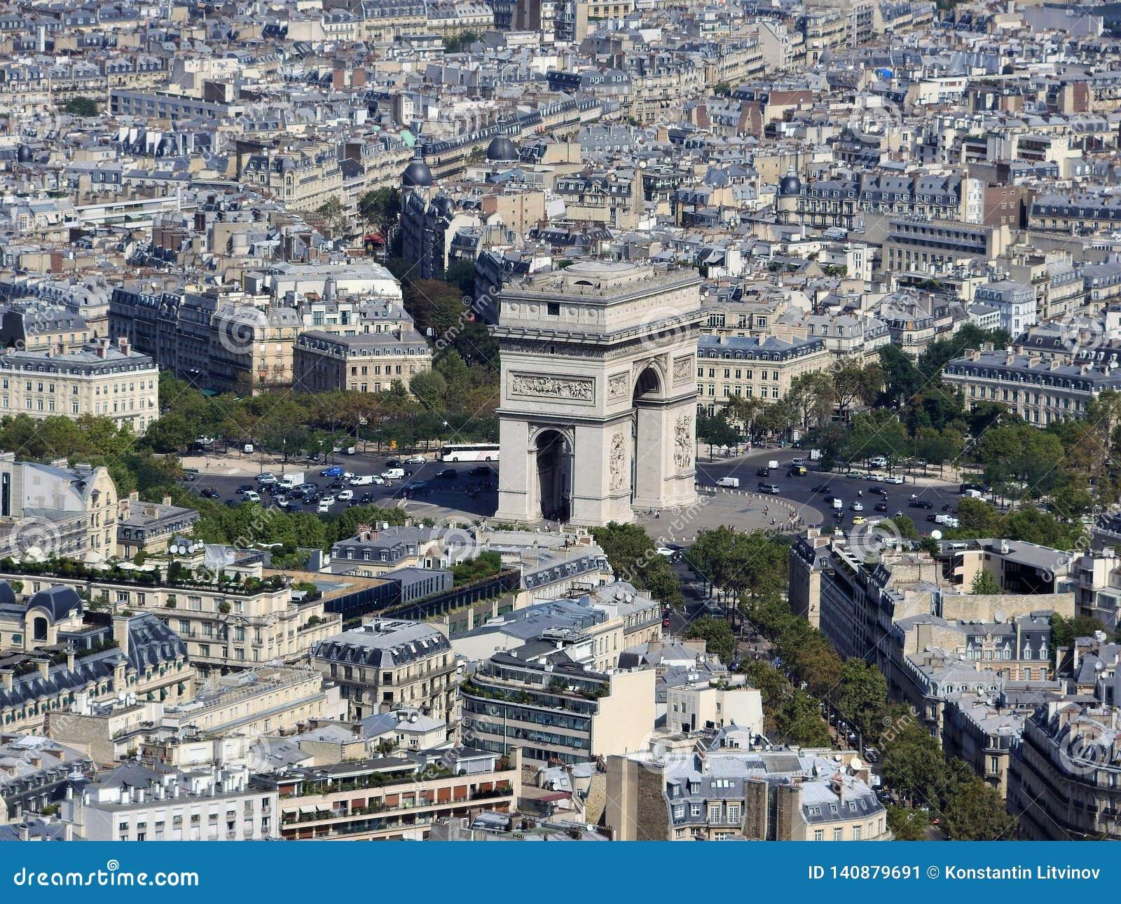 Взгляд дня Триумфальной Арки и Парижа от высоты Эйфелевой башни