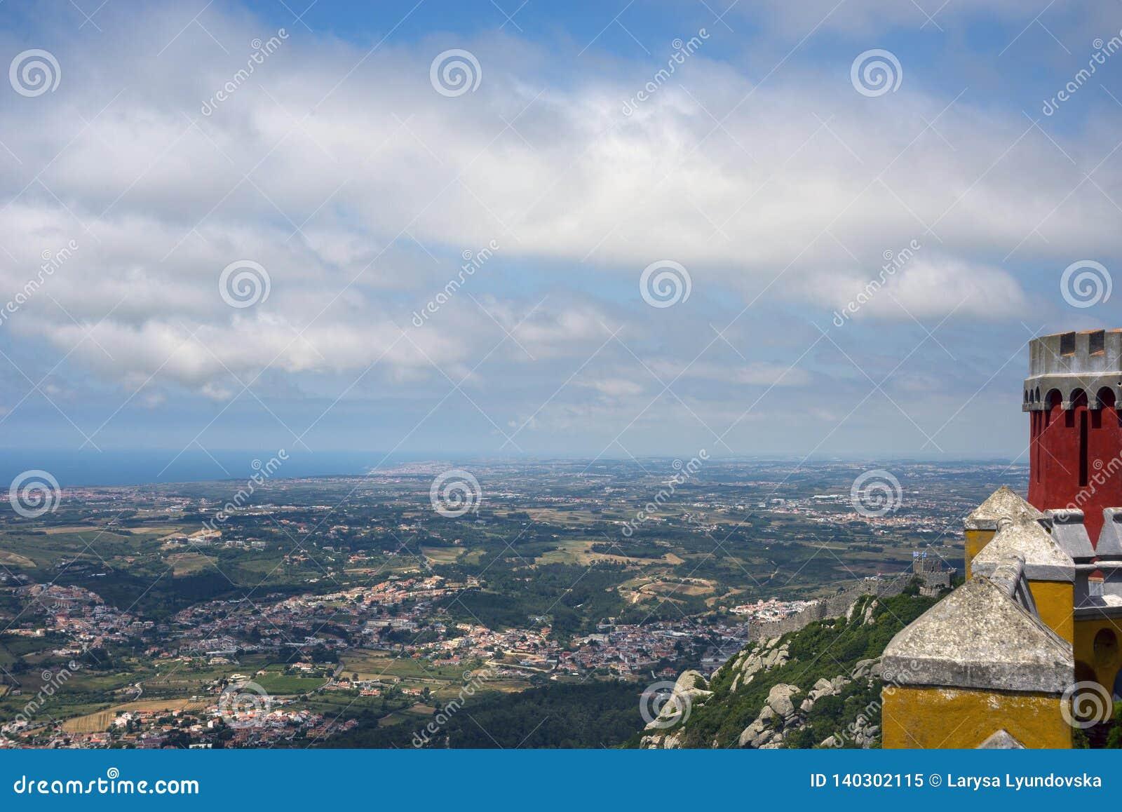 Взгляд долины, города и неба с облаками от смотровой площадки дворца Pena