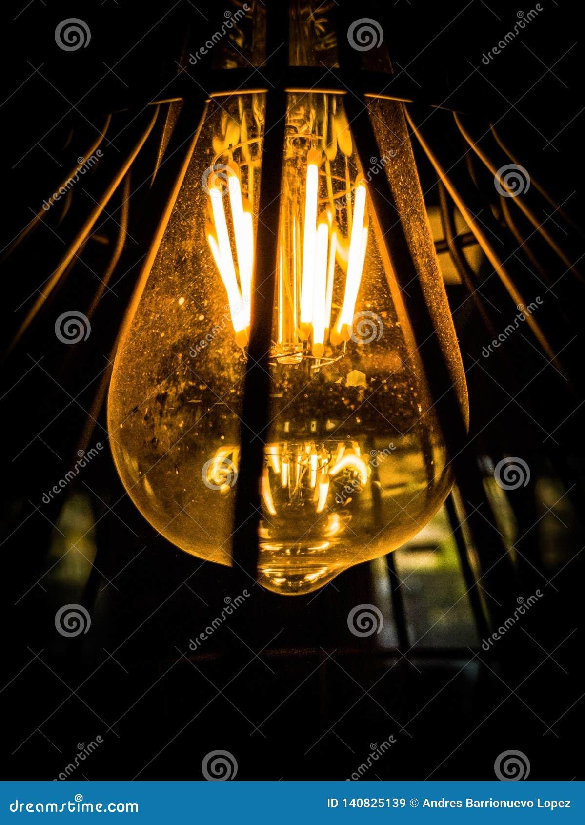 Взгляд снизу электрической лампочки
