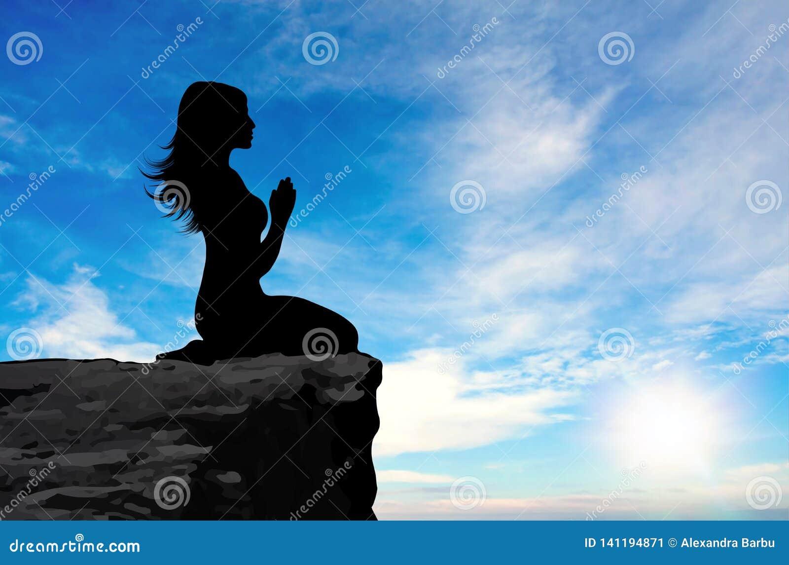 Взгляд со стороны женщины моля на заходе солнца