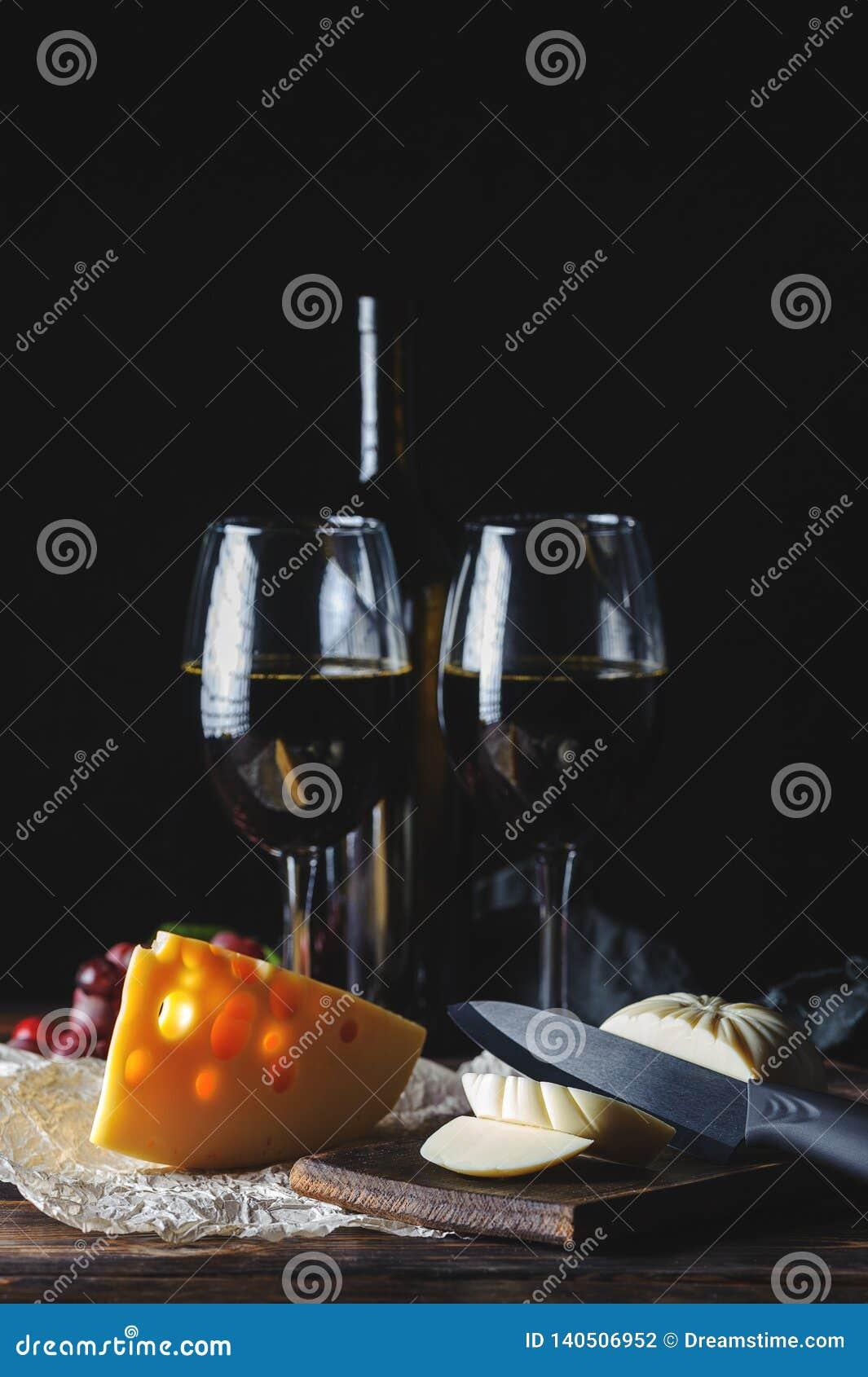 Вино сыра и штопор на деревянном столе