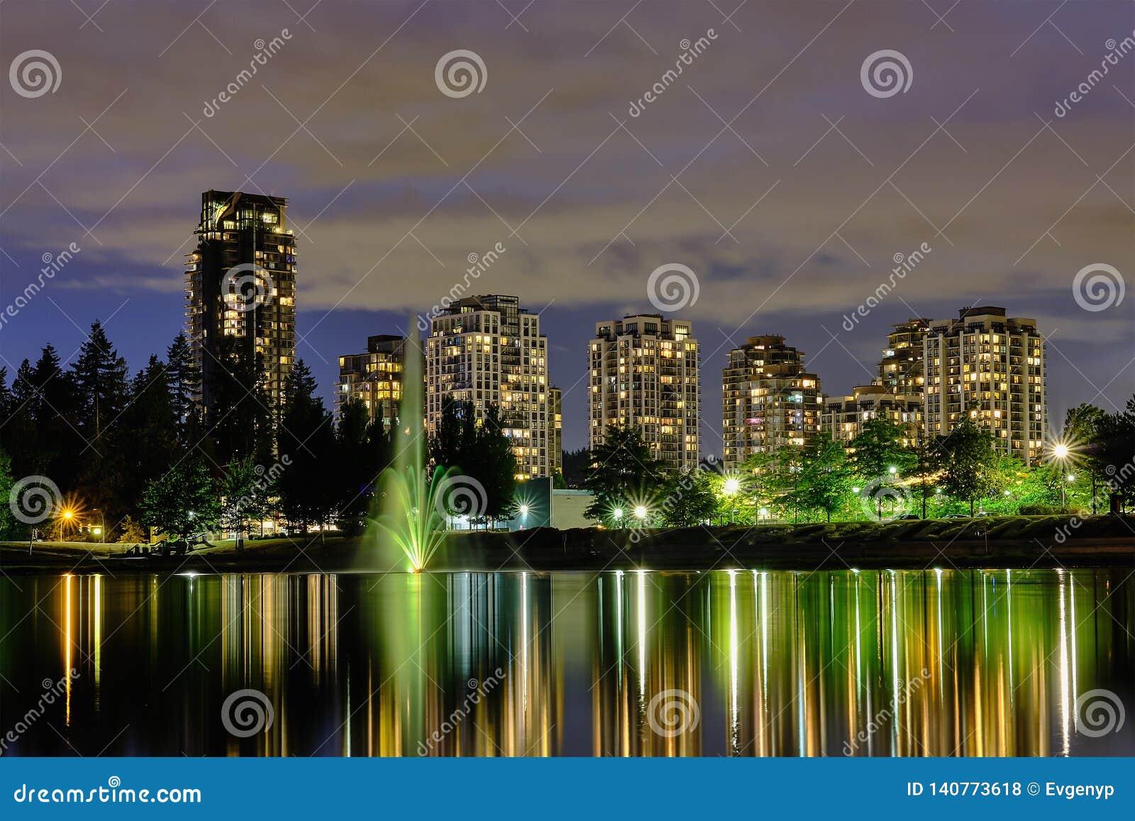 Вид на город scape ночи, Coquitlam, большая область Ванкувера, Канада